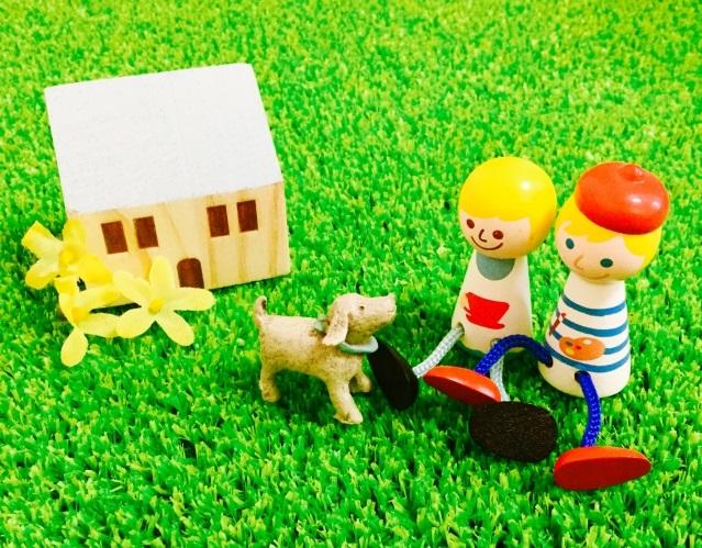 犬と遊ぶ家族